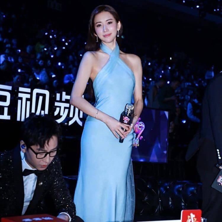 林志玲配戴TASAKI珠寶、穿Ralph Lauren水藍色長禮服。圖/取自IG...