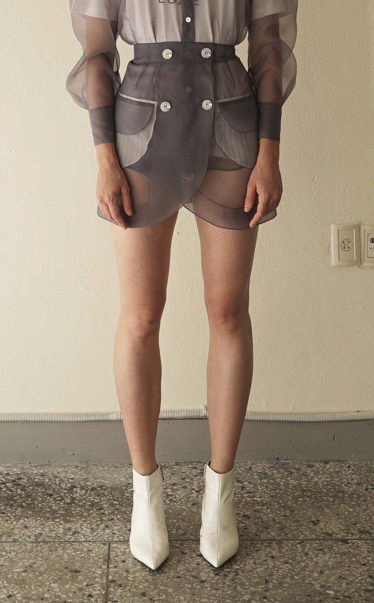 KIMHEKIM 2019春夏系列灰色透紗短裙,18,500元。圖/團團精品提供
