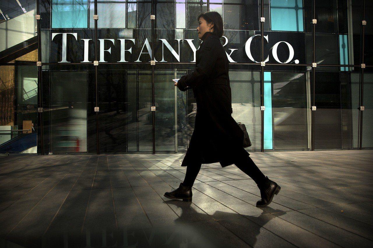 Tiffany去年11月的銷售不如預期,強調中國消費者只要在海外就會減少支出。美...
