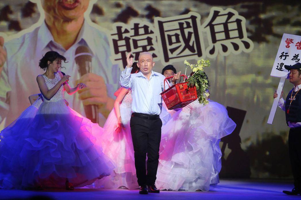 郭子乾把選舉時扮的韓國魚繼續延伸到舞台上。記者徐兆玄/攝影