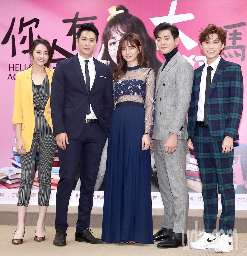 邱宇辰(右起)、禾浩辰、安心亞、邵翔、吳品潔人出席「你有念大學嗎?」首映會。記者