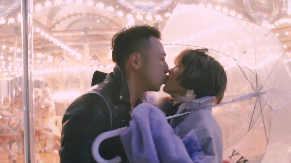 大飛(左)在美國藉拍MV向楊晨熙求婚成功。圖/擷自Youtube