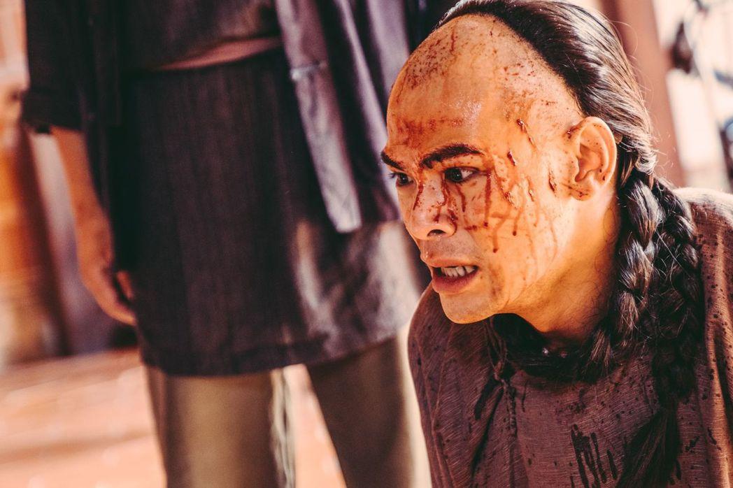 蘇達劇中被噴滿臉血。圖/公視提供