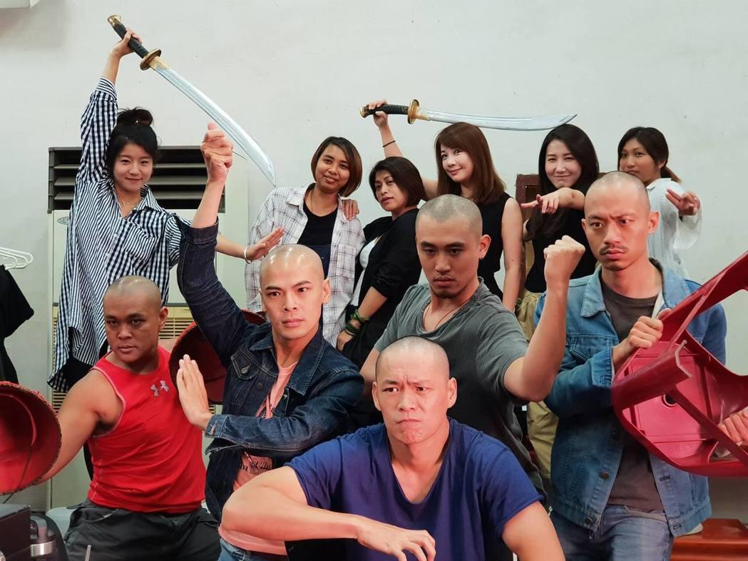 「疑霧公堂」男演員們組成「玩命光頭七」。圖/公視提供