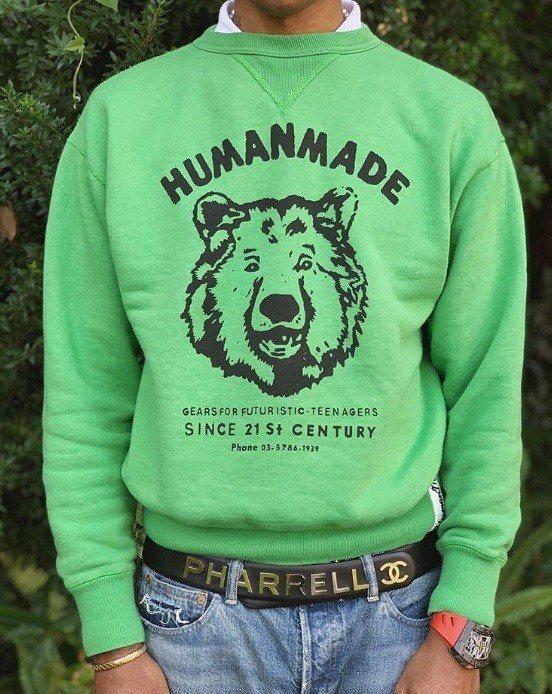 菲董日前配戴有著他名字「Pharrell」與香奈兒Logo的皮帶,是菲董與香奈兒...
