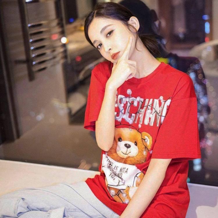 古力娜扎身穿MOSCHINO的T恤相當可愛。圖/取自IG