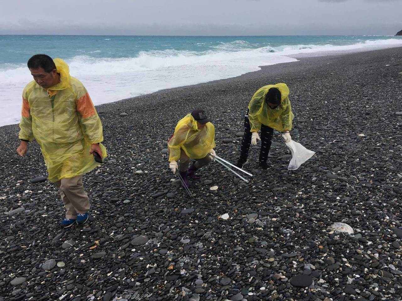 花蓮縣七星潭海邊近日出現零星藍瓶僧帽水母,縣府派員清除。圖/花蓮縣府提供