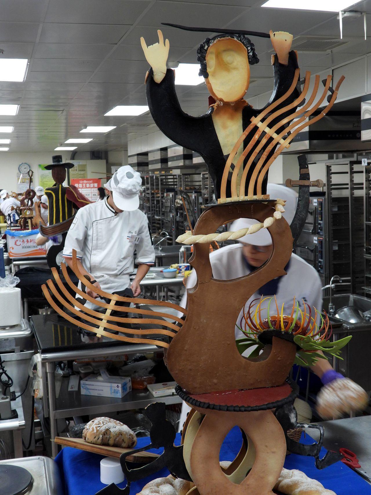 參賽學生專注組合事先設計烘焙的作品材料。記者周宗禎/攝影