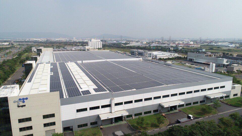 東台精機總部屋頂設置太陽能光電板,效能可比擬12座大安森林公園。圖/東台精機提供