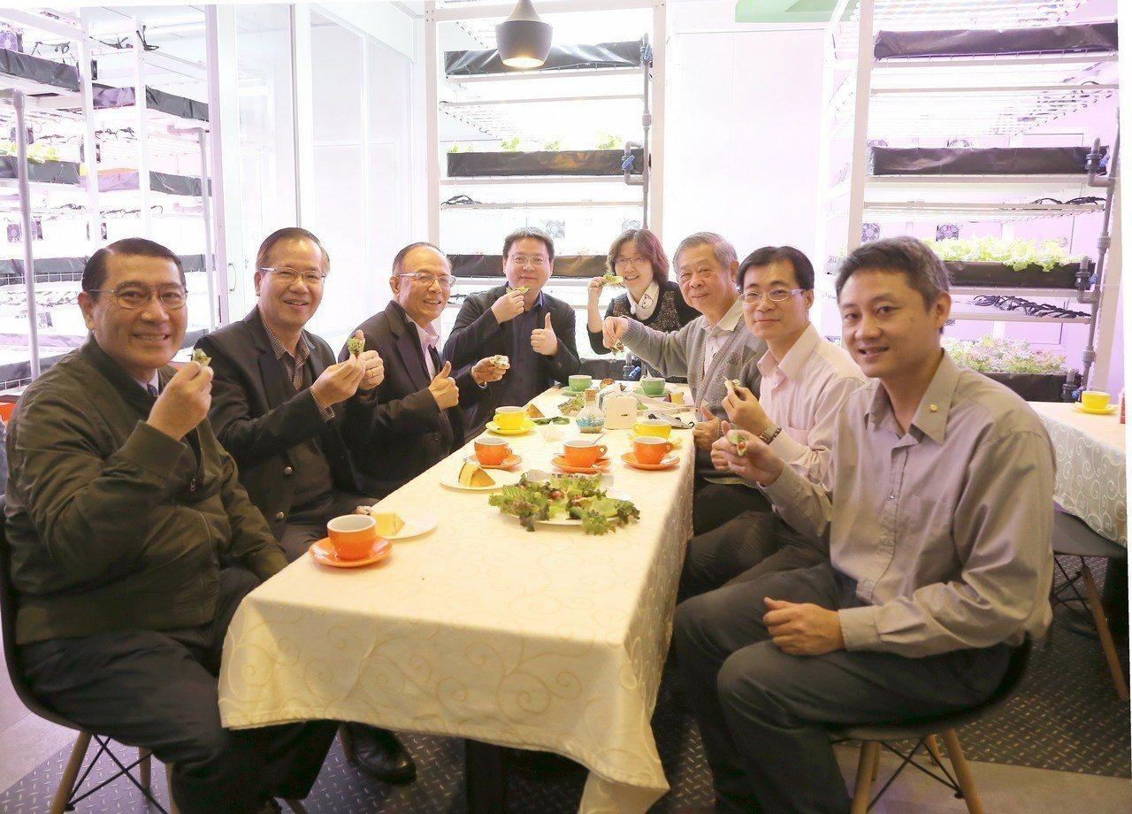 與會學校主管品嚐植物工場收成的生菜沙拉。圖/南華大學提供