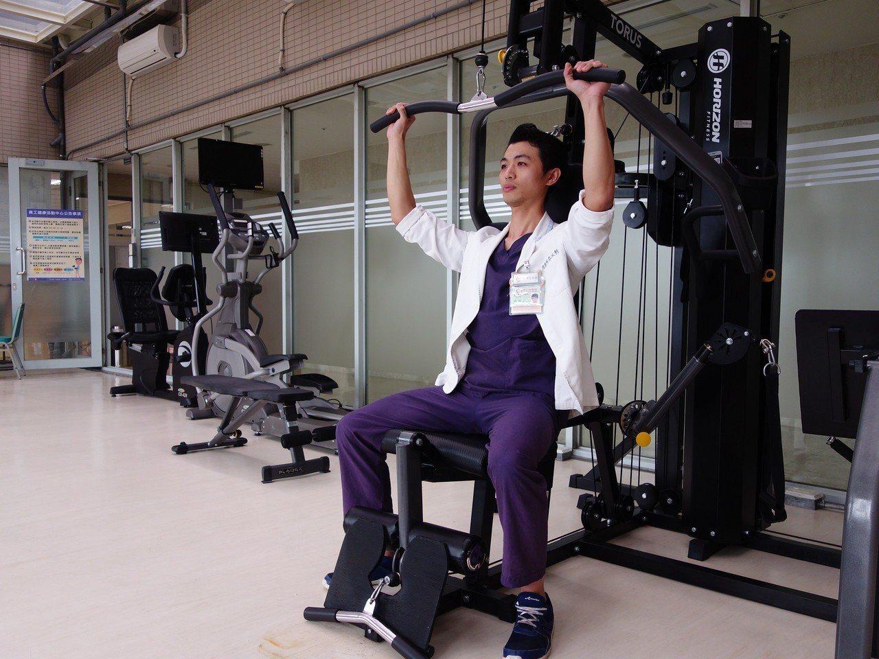 新竹馬偕物理治療師、竹市物理治療師工會理事長林以軒指出,透過規律的運動來喚醒應使...