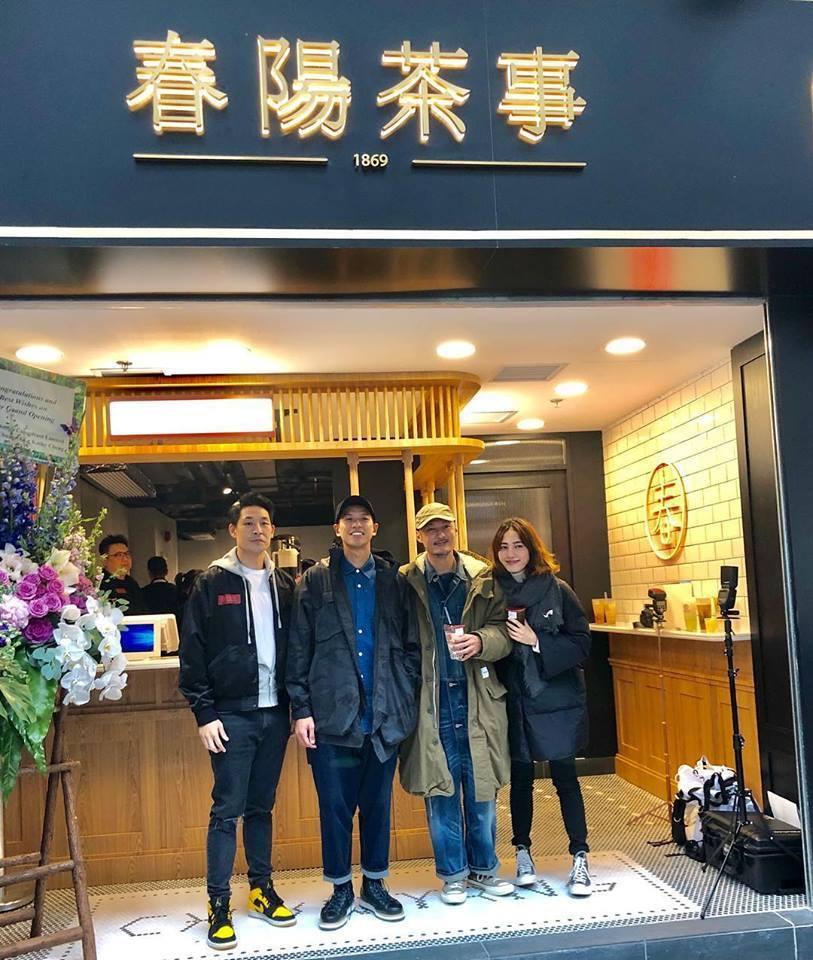 藍鈞天(左)在香港開飲品店,余文樂夫妻(右)前往道賀。圖/寶麗來提供