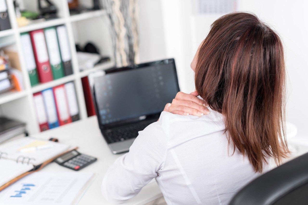 讀者肩痛多年,沒想到多位名醫藥石罔效的肩痛,最後因一位年輕物理治療師終獲緩解。圖...