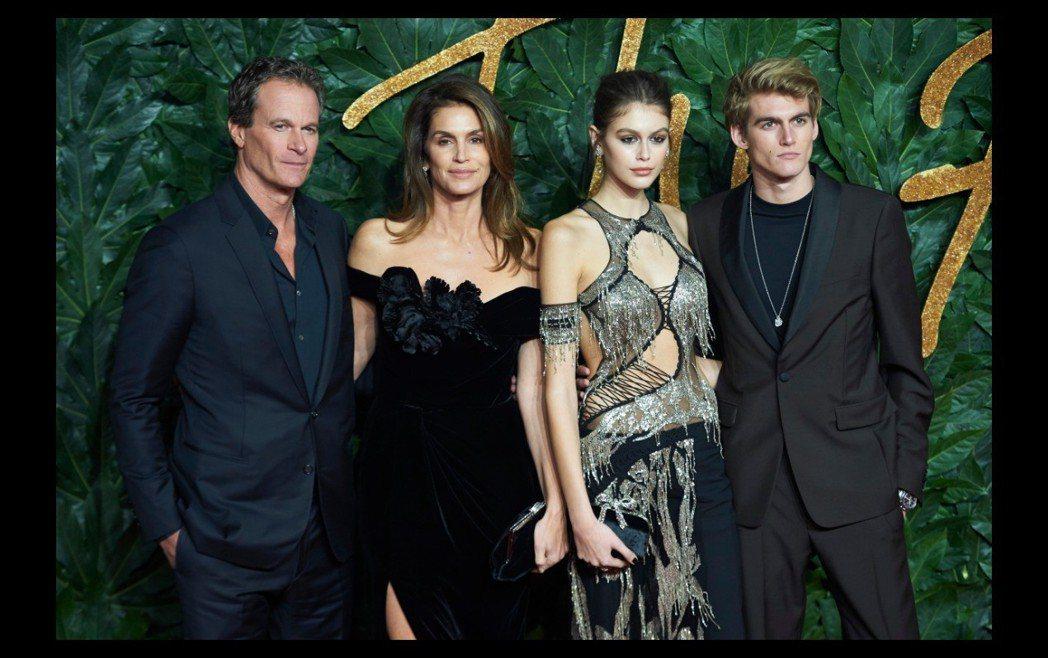 辛蒂克勞馥(左二)與丈夫藍迪(左一)和兒女普瑞斯利(右起)、凱雅被外界視為完美家...