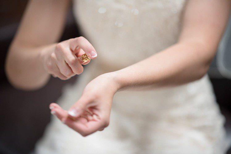 將香水噴在手腕上時,在適當的距離噴灑才不會導致浪費,同時在手腕上香水發揮也是最佳...