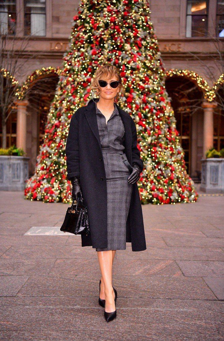 珍妮佛羅培茲穿著Max Mara 2018秋冬襯衫及裙子宣傳電影。圖/Max M...