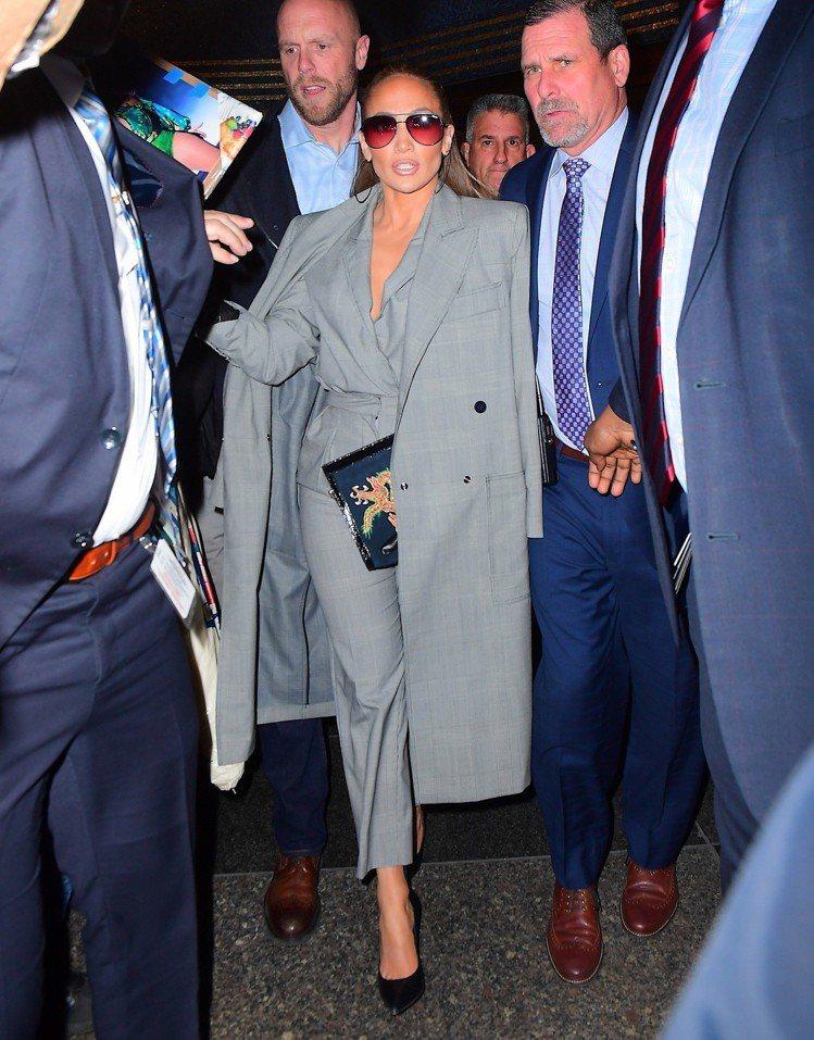 在工作人員簇擁下的珍妮佛羅培茲Max Mara以2019春夏連身褲裝和大衣穿出霸...
