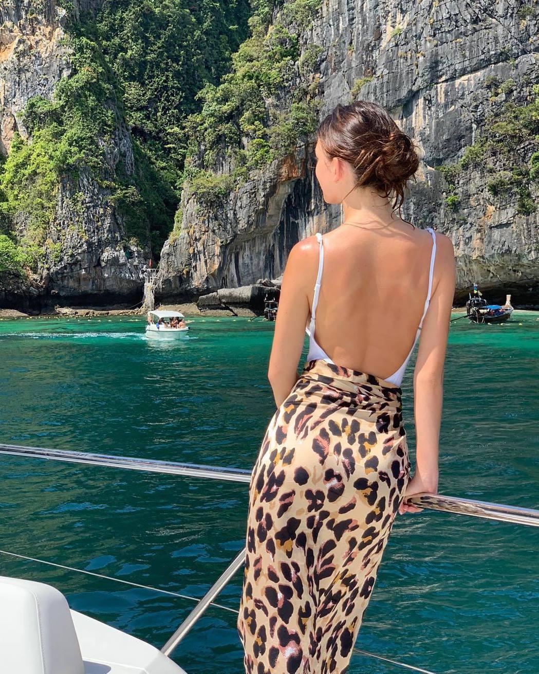 卡蜜拉莫羅妮開心前往男友昔日拍片的外景地遊覽。圖/摘自Instagram