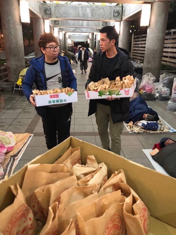 梁瀚名(右)和好友一起發紅豆餅給遊民。圖/傳遞娛樂提供