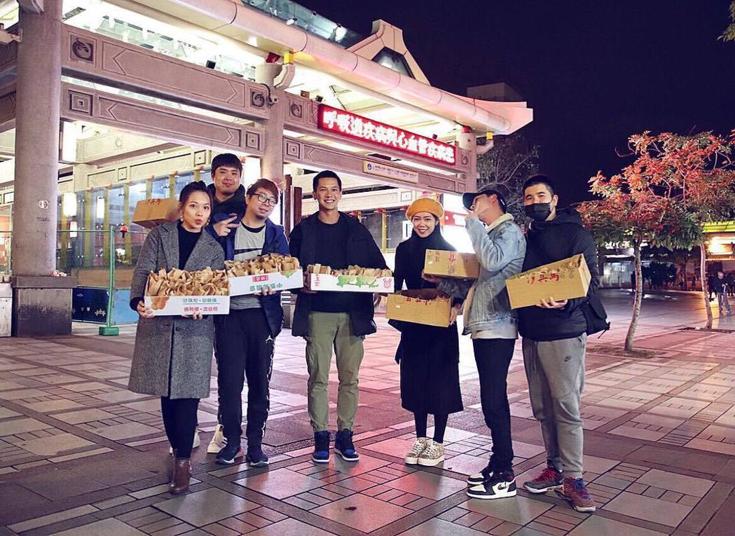 梁瀚名(中)和好友一起發紅豆餅給遊民。圖/傳遞娛樂提供