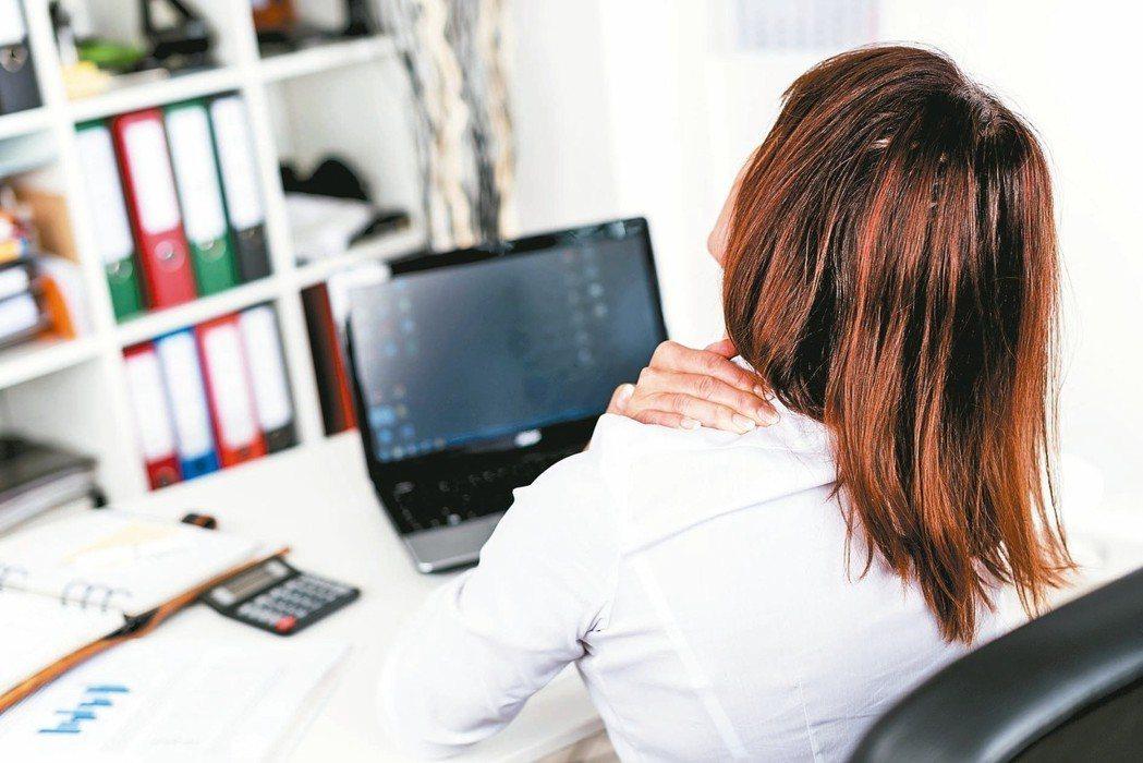 肩痛求醫多時,讀者最後因一位物理治療師獲得緩解。 圖/123RF