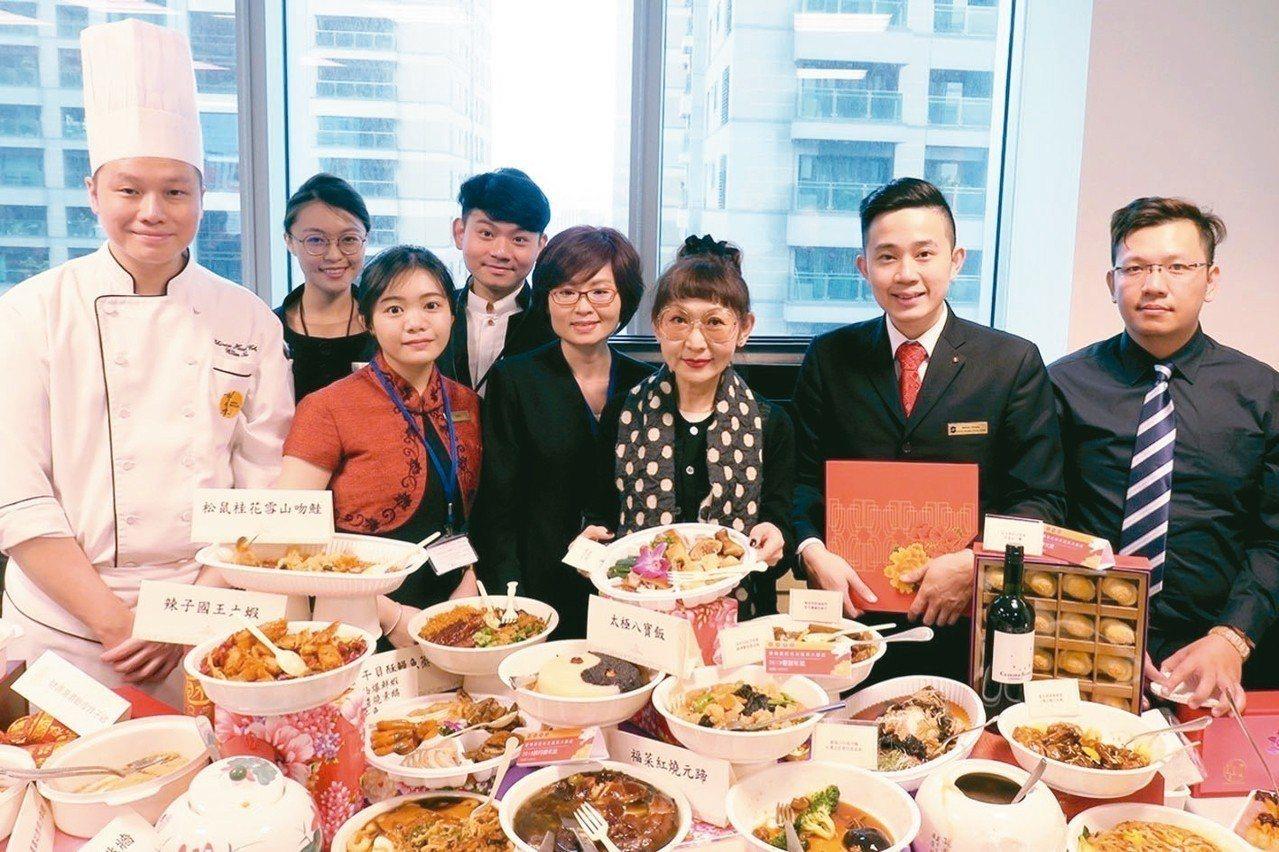 遠百總經理徐雪芳(右二),依照往例親自參與春節禮品選品大事。 圖/遠百提供