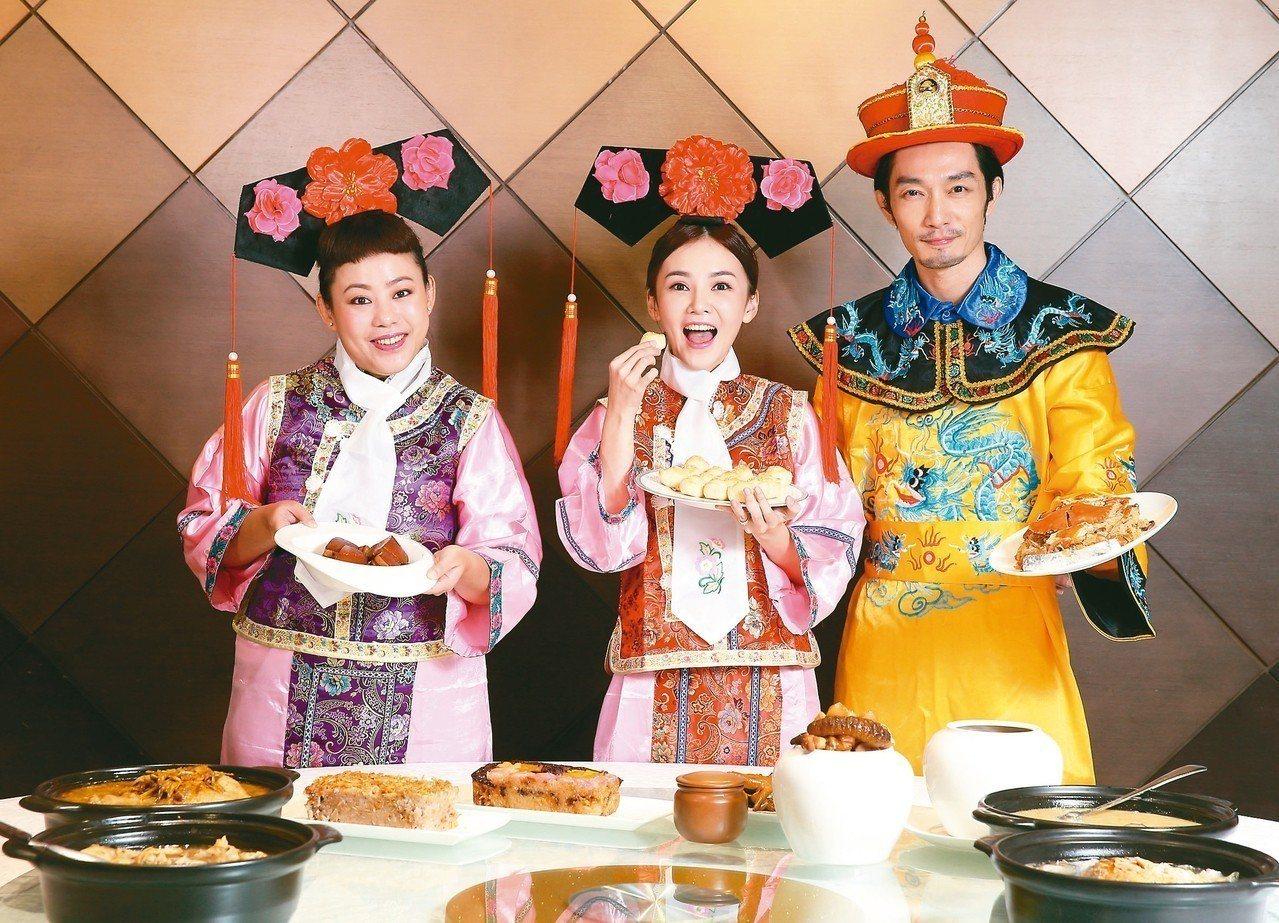 陳子玄(中)、張紀詮(右)搶先試年菜。 記者林澔一/攝影