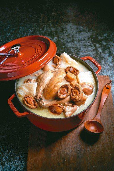 台北美福大飯店的鮑魚花膠黏嘴雞鍋,可將知名品牌的鍋組一起帶回家。 圖/台北美福提...