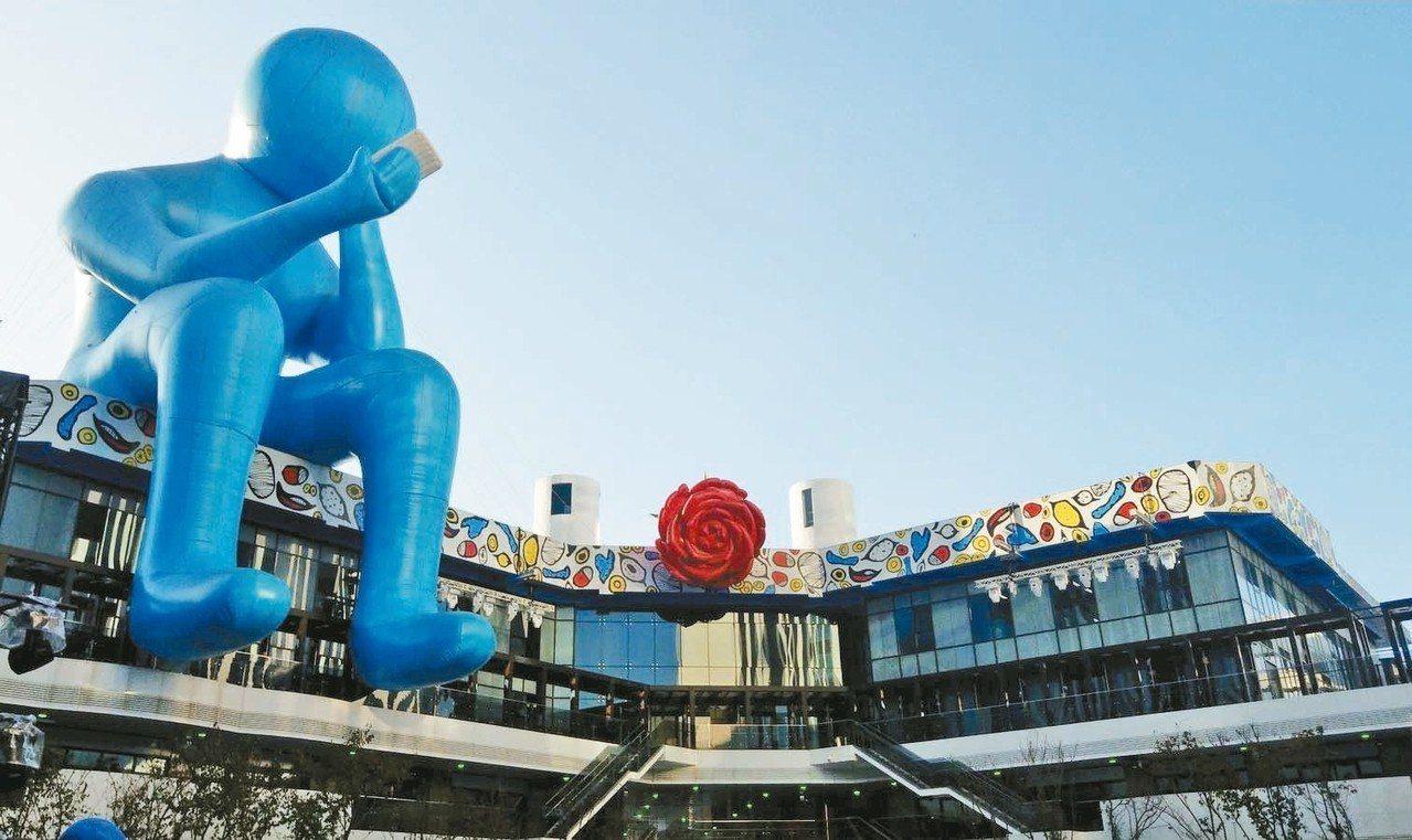 台中軟體園區Dali Art藝術廣場藍巨人「沉思者No.42」,狀似沉思,其實在...