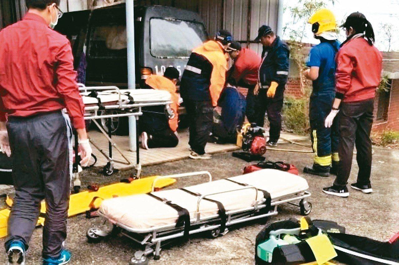 陳姓夫妻前天下午被發現死在屏東縣獅子鄉竹坑村一輛廢棄廂型車內。 記者潘欣中/翻攝