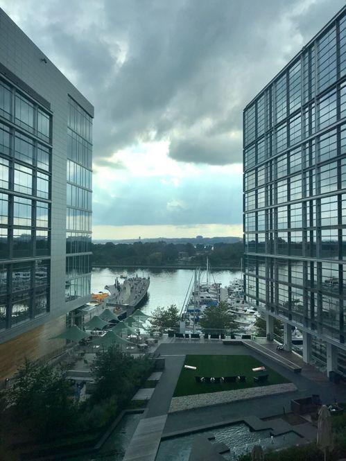 美國華盛頓西南邊的碼頭區旅館,俯瞰波多馬克河。圖/方祖涵提供