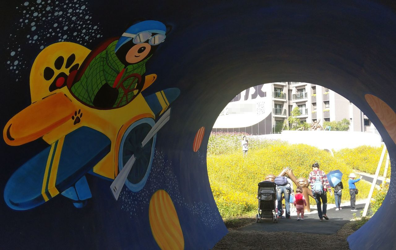 「小心熊出沒」熊熊祕境,穿過「愛的回聲」彩繪涵管隧道,可窺見藝術家蔡潔莘童趣雕塑...