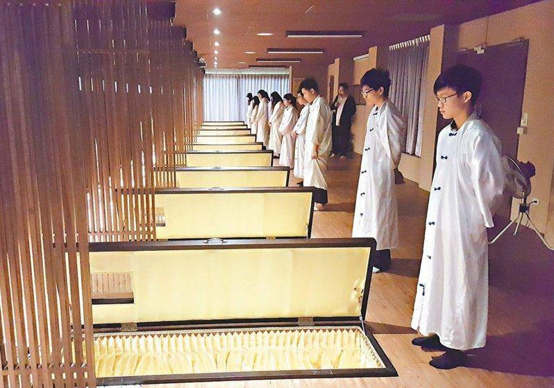 仁德醫專生命事業關懷科學生參加死亡體驗活動,包括寫遺書、躺棺木。 圖/聯合報系資料照片