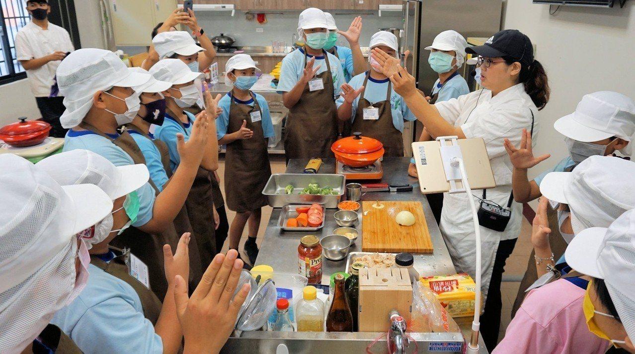 屏東縣中正國中寒假將舉辦餐旅群營隊,教小朋友做西餐點心。 圖/教育部提供