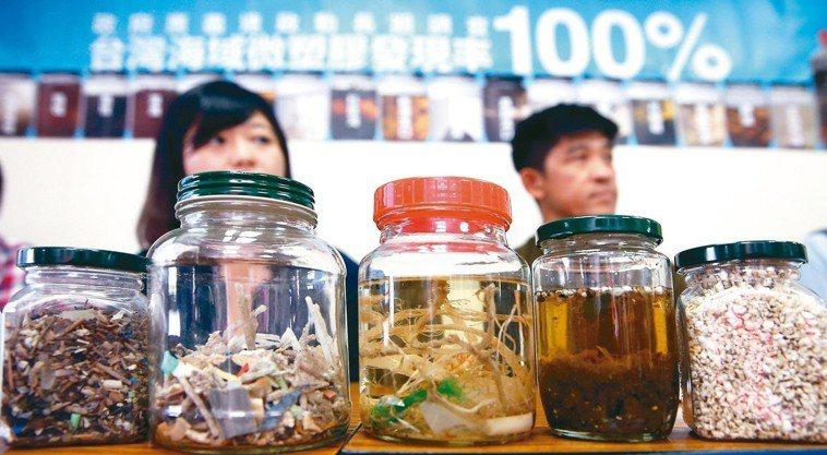 黑潮海洋文教基金發現,台灣領海範圍布滿塑膠微粒,其中數量最多的在嘉義八掌溪出海口...