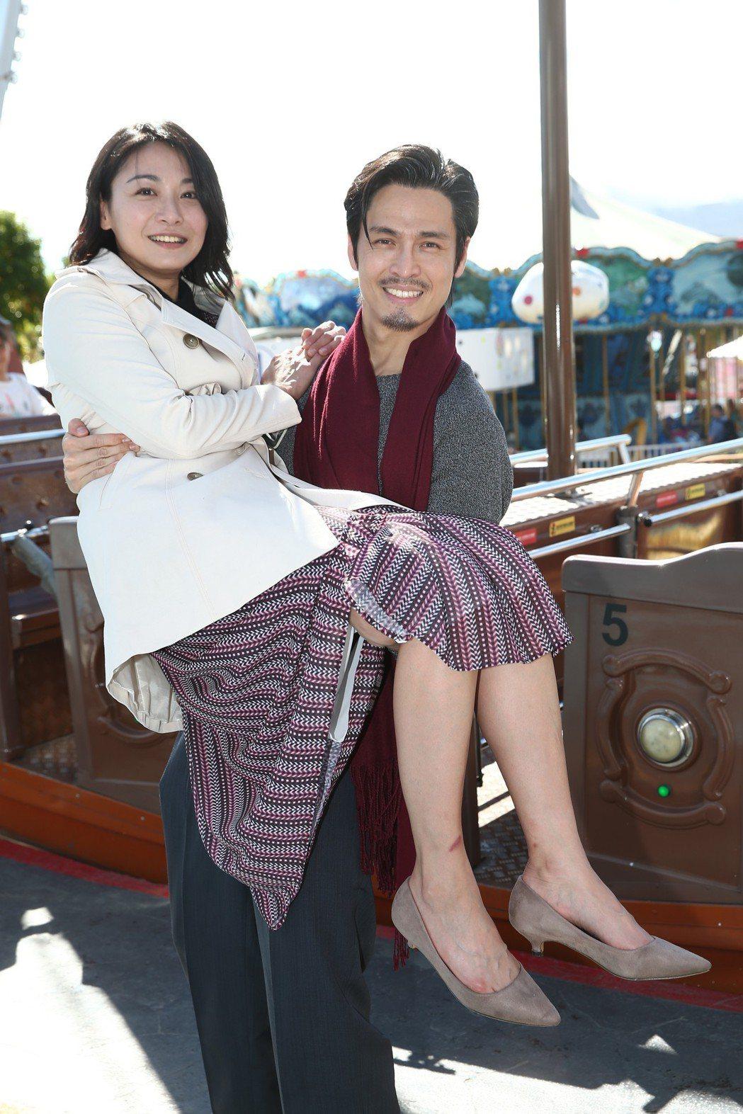 Gino(右)新娘抱江祖平(左),兩人在台北市兒童新樂園拍「大時代」,。記者蘇健...
