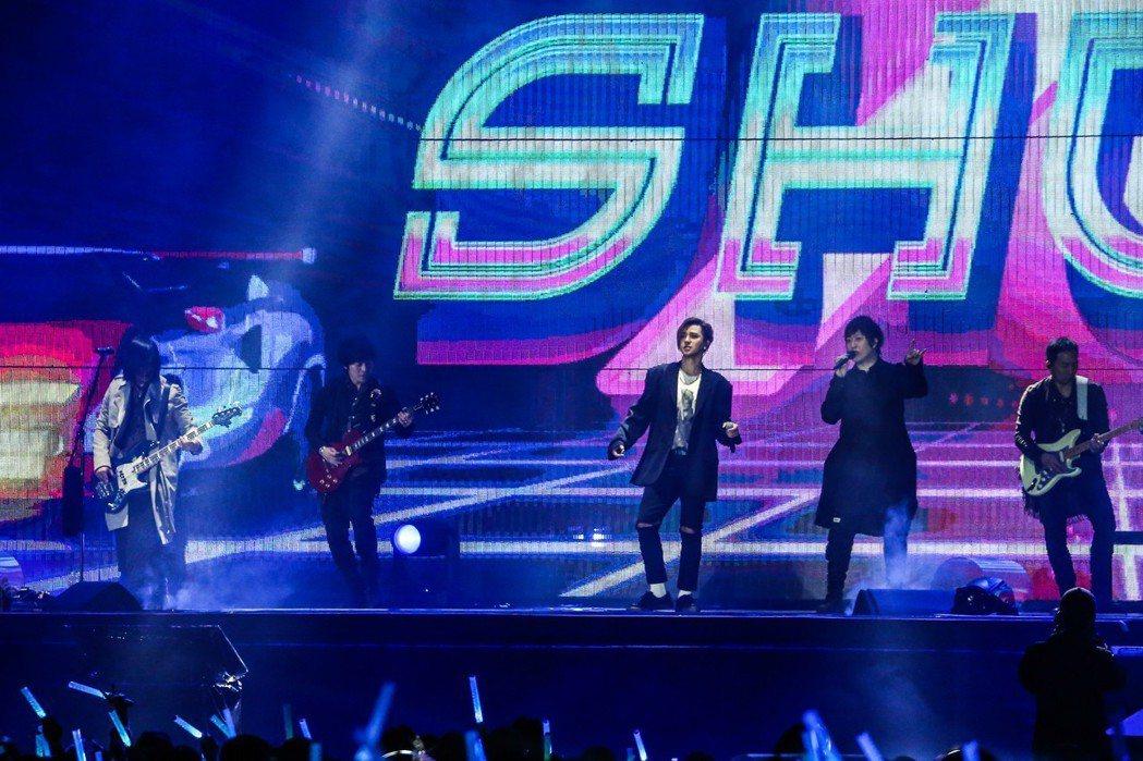 五月天演唱會特別來賓羅志祥(左三)。記者黃仲裕/攝影