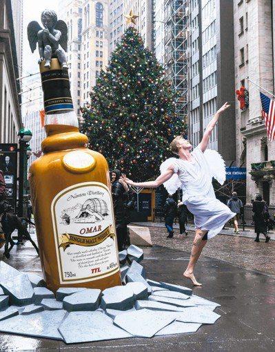 華爾街酒瓶與天使演出,吸引各國遊客駐足或合影。 圖/台灣菸酒提供