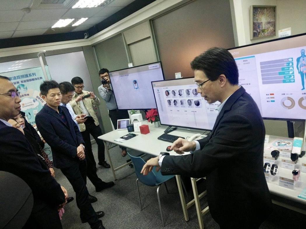 蓋德科技董事長許賓鄉(右)向海王集團成員介紹全套的智慧醫療AI系統。蓋德科技/提...