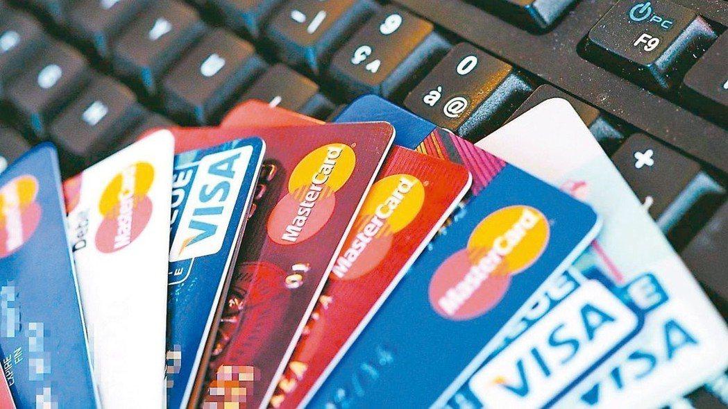 不挑保險公司的保戶,以信用卡繳保費時,選擇同時提供「分期0利率」以及「保費回饋」...