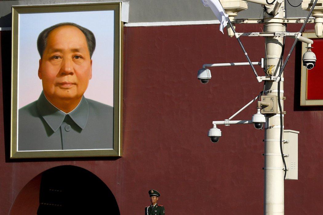 北京天安門前的毛澤東像與監視器。 圖/美聯社