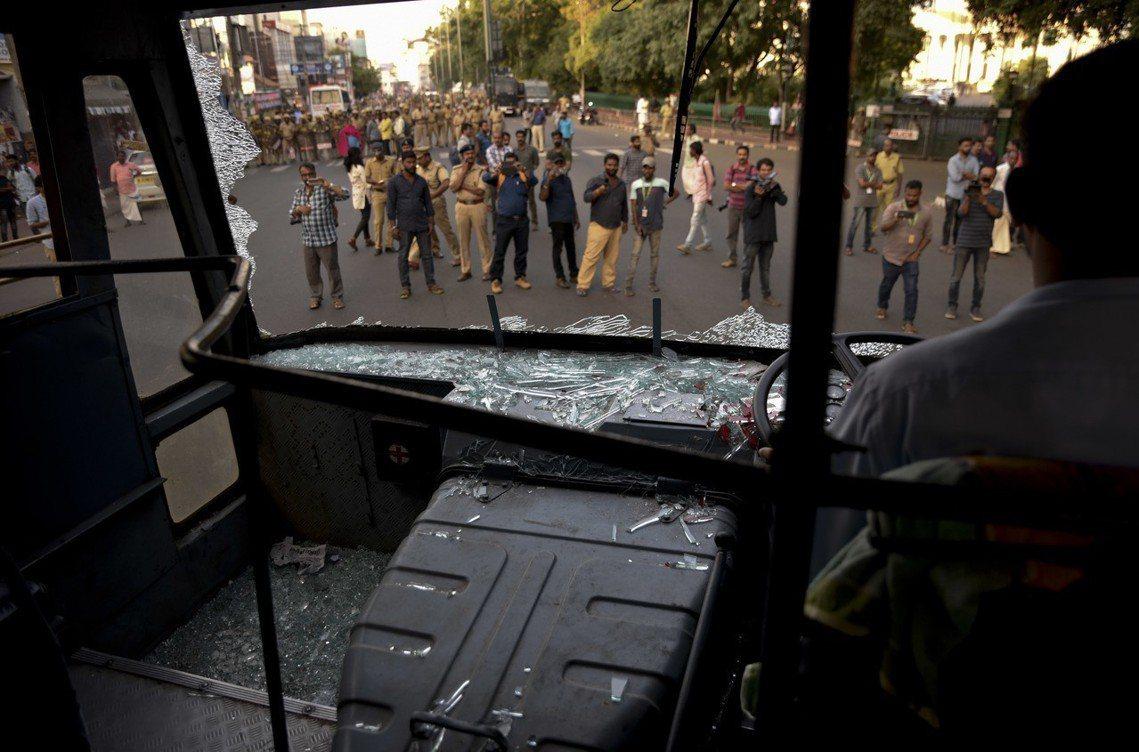 喀拉拉邦的公車遭示威者攻擊,大眾運輸系統幾乎被迫停擺。 圖/美聯社