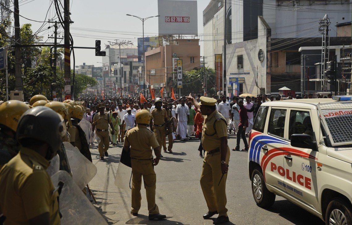 印度人民黨BJP趁勢發動遊行,警方在現場維持秩序。 圖/美聯社