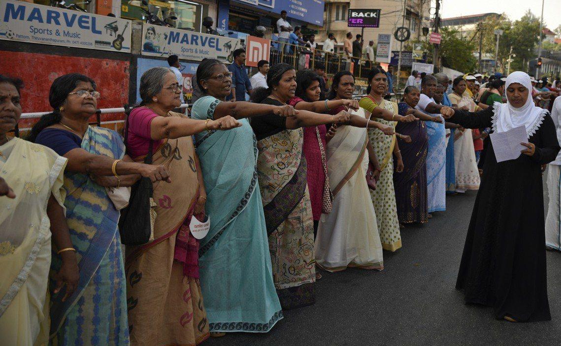 將近500萬名女性並肩延著道路,用肉身組成綿延620公里的「女人長城」(Wome...