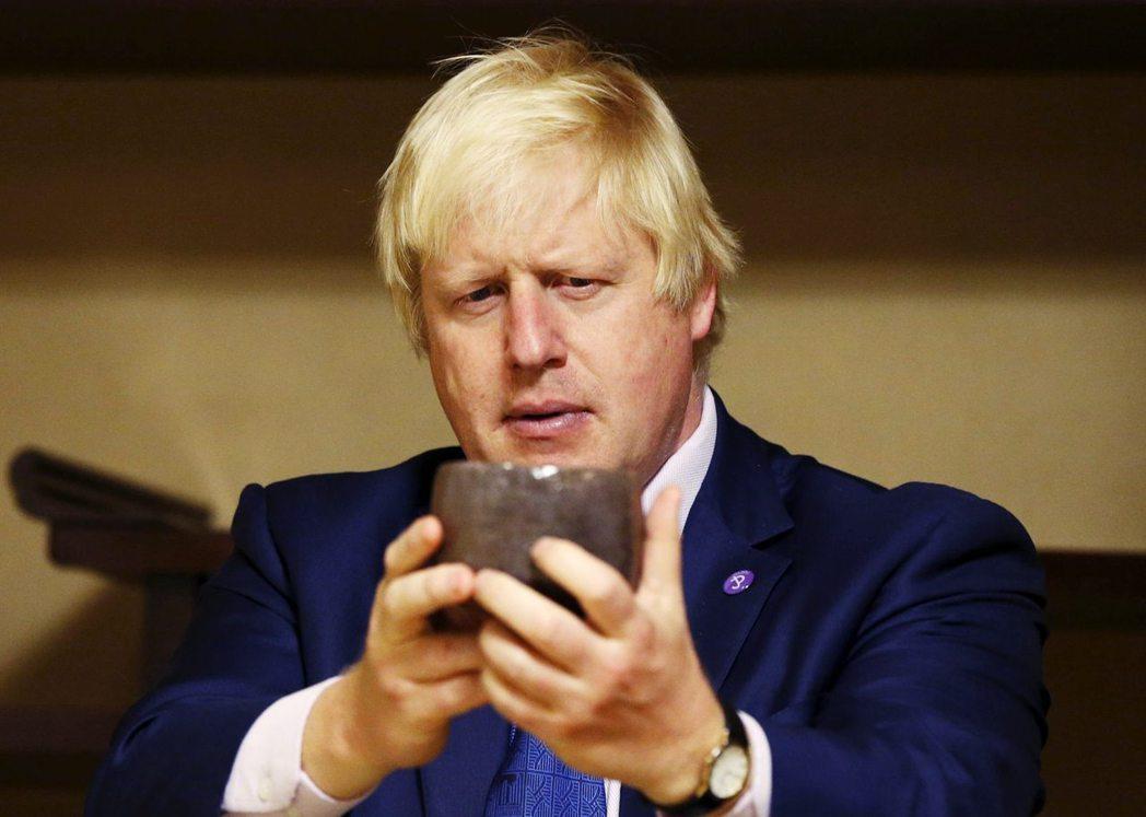 英國前外相強森針對日本退出IWC事件,批評「日本用魚叉屠殺這些可愛又聰明的鯨魚,...