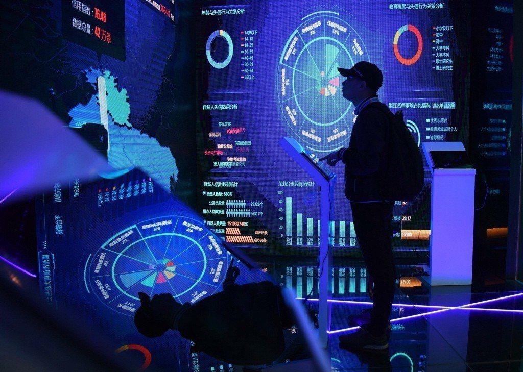 一名參訪者者正在參觀中國福州市信用大數據分析平台。 圖/中新社
