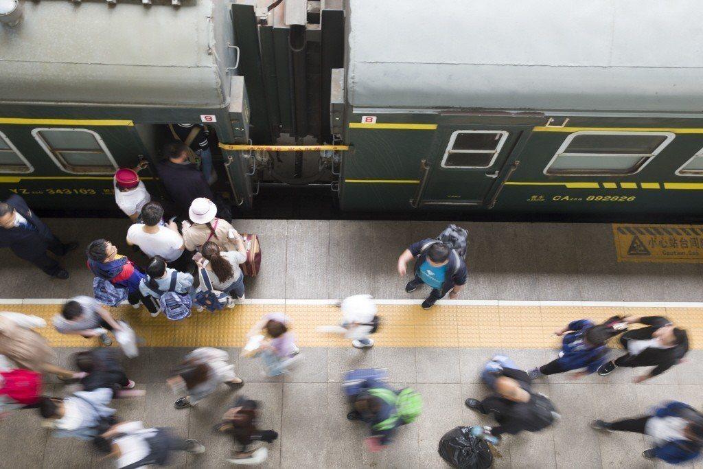 山西太原火車站,民眾正在檢票乘車,特定嚴重失信人將限制乘坐火車。 圖/中新社