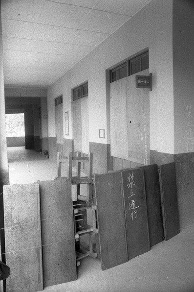 圖為台北市螢橋國小學童遭潑毒案發地點,校方圍起木板禁止通行,攝於1984年。 圖...