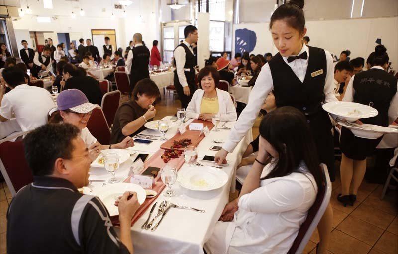 ▲學生在學期間,參與模擬實境餐廳的紮實培訓,能統整專業技能並銜接應用於職場。 (...