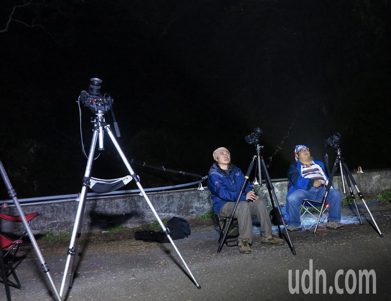 民眾拍攝流星雨。聯合報系資料照/記者劉學聖攝影